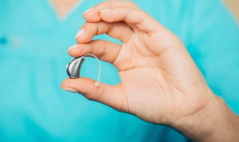 Типичный заушный слуховой аппарат.