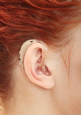 В чем разница между слуховыми аппаратами и кохлеарными имплантами