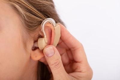Усилитель звука для слабослышащих или слуховой аппарат, все за и против