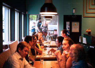 Как для слабослышащего сделать беседу за столом комфортнее