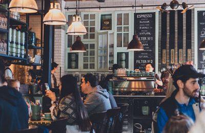 Посещение ресторанов и ношение слуховых аппаратов: как не испытать стресс?