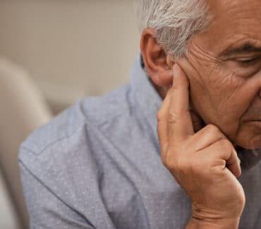 Как помочь человеку страдающему от шум в ушах