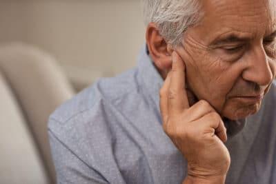 Как помочь человеку страдающему от шума в ушах