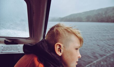 Громкие звуки могут вызывать нарушение слуха у детей и подростков